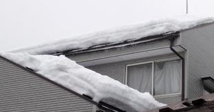 雪の重みでたわむ雨樋