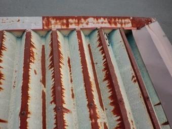 既存の錆びた折板屋根