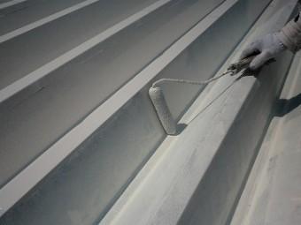 折板屋根ローラー塗り