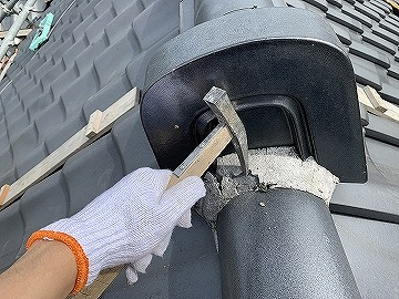 奈良市で経年劣化した屋根の漆喰を詰め替えております