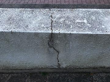 塀のひび割れ