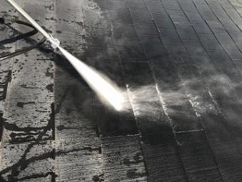 屋根の汚れを高圧洗浄
