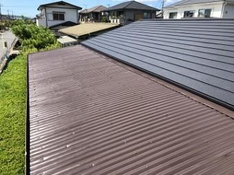 艶やかなブラウンの屋根