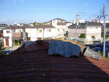 めくれ上がった屋根材
