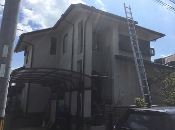 はしごをかけて屋根に登る