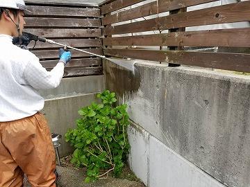 塀の洗浄の様子