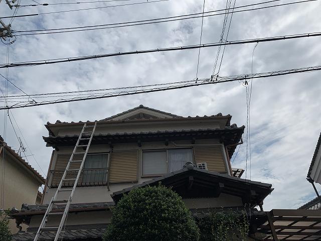 ハシゴをかけて屋根へ登る