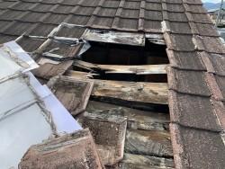 屋根の一部倒壊