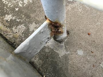 屋上手摺りの錆び穴