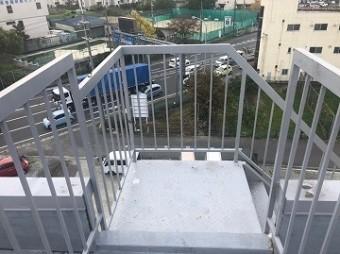 劣化した外部階段
