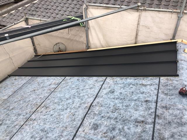 奈良でスレート屋根を金属立平葺きへカバー工事をしております