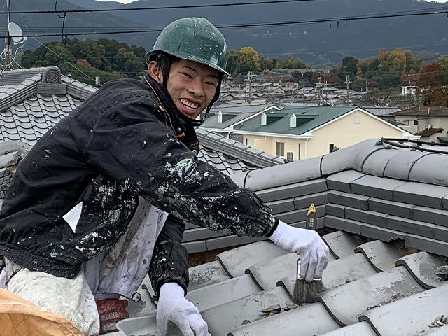 橿原市で瓦屋根の関節の白い部分、漆喰の新設をしています