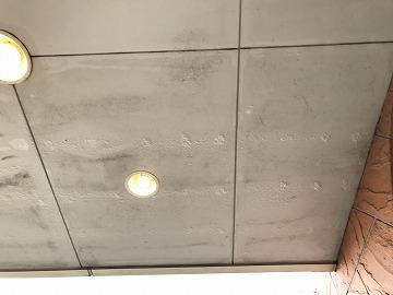 雨染みの出来た天井