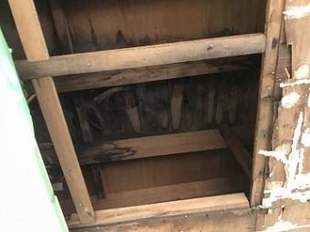 天井の中の床板