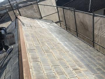 下塗り途中の屋根