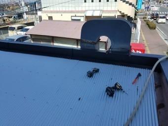 屋根材とコーナー笠木の施工