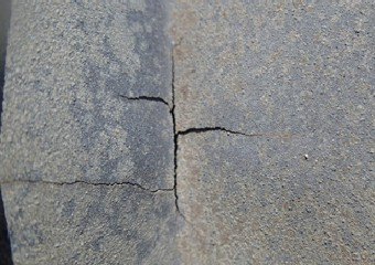 歪みや亀裂が生じたアルミの屋根の拡大図